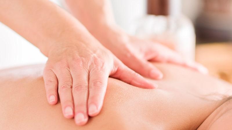Foto detalle de un masaje en la espalda