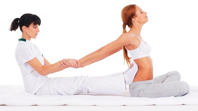 Una profesional realiza un masaje tailandés