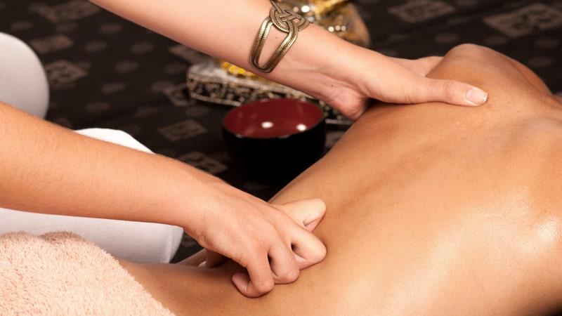 Una profesional realiza un masaje ayurvédico