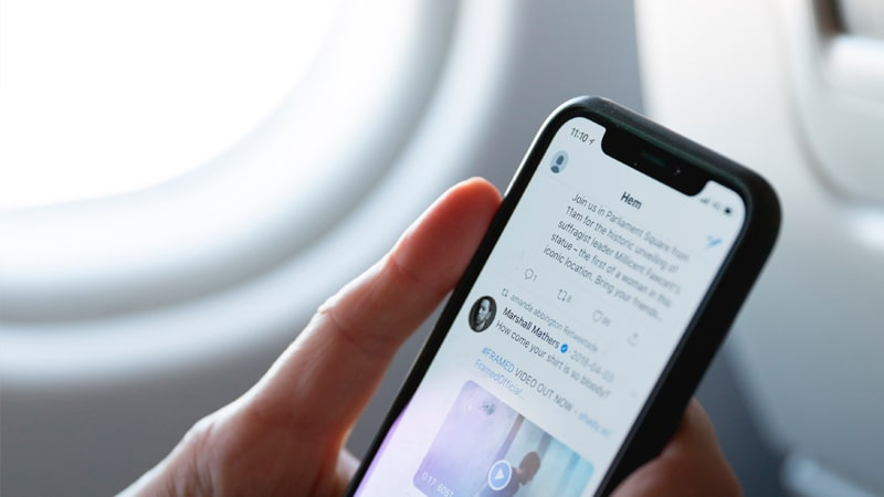 Utilizando un teléfono móvil en el avión