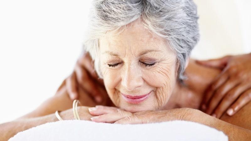 Masaje a una señora mayor