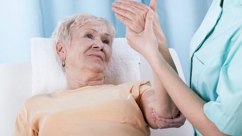 Mujer en una prueba para detectar osteoporosis