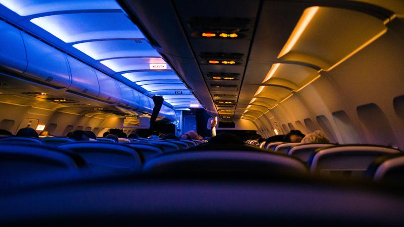 Luces atenuadas en el interior de un avión