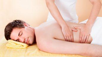 Masaje de espalda a un hombre
