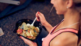 Chica come después de hacer ejercicio