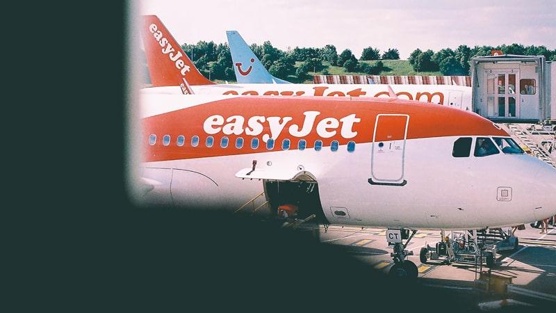 Avión de EasyJet descargando equipaje