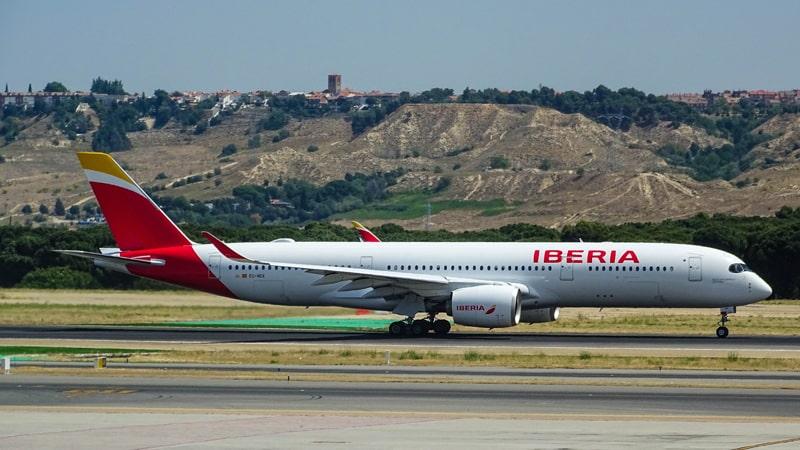 Avión de Iberia en la pista del aeropuerto