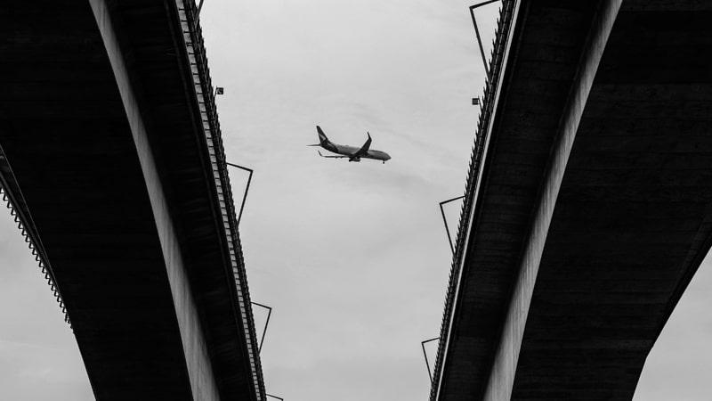 Avión sobrevuela la ciudad