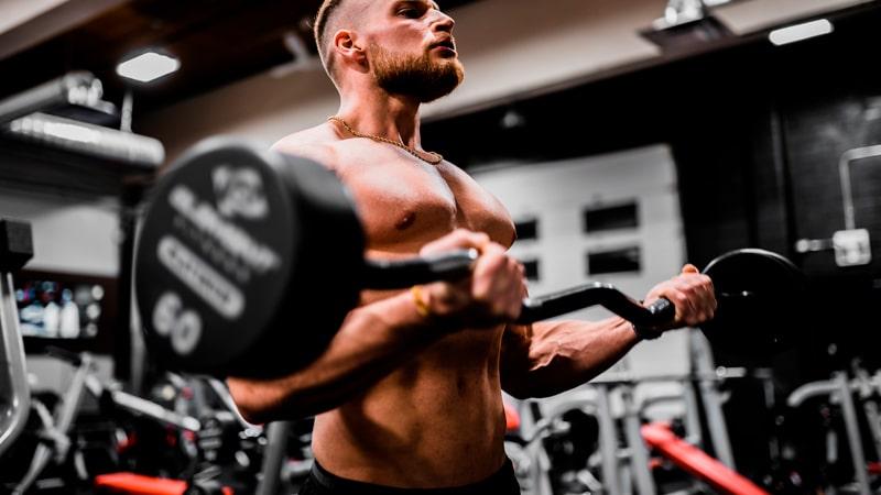 Chico motivado practicando levantamiento de pesas