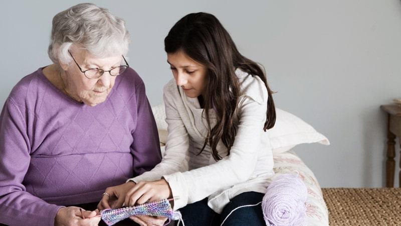 Sanitario ayuda a persona mayor