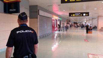 Policía en un aeropuerto