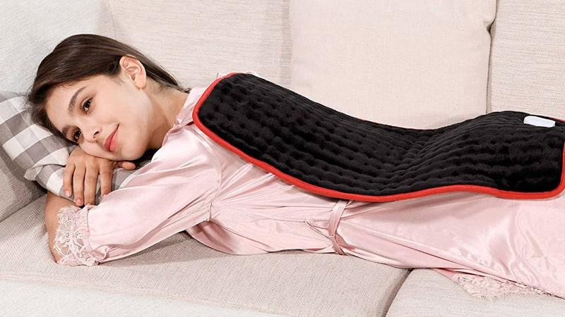 Chica utiliza una manta eléctrica en la espalda