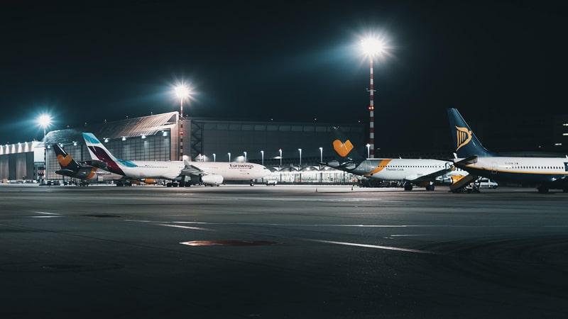 Aeropuerto por la noche