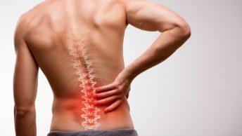 Hombre con dolor de espalda provocado por el estrés de sus emociones