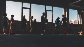 Grupo en el gimnasio haciendo xtreme fit
