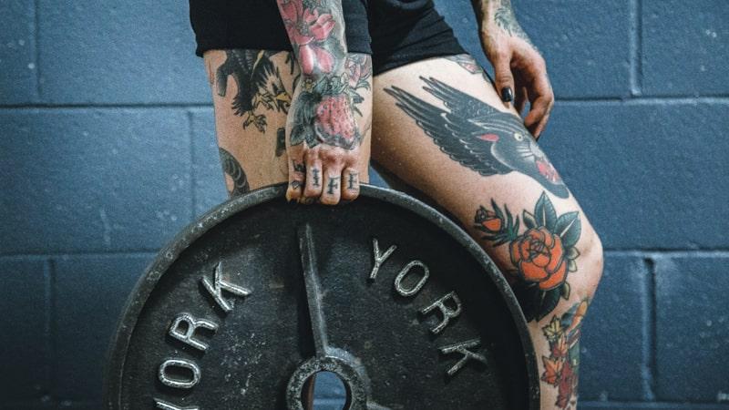 Chica sujeta un disco de pesa