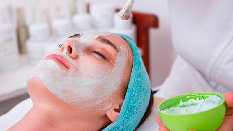 Mujer recibiendo un tratamiento de belleza