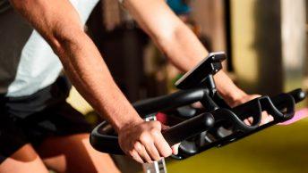 Brazos de un deportista haciendo spinning