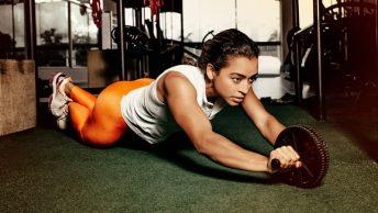 Mujer realizando ejercicios para fortalecer el core