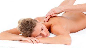 Masaje sueco en la espalda de una mujer