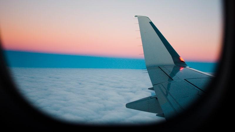 Ala de un avión desde el interior