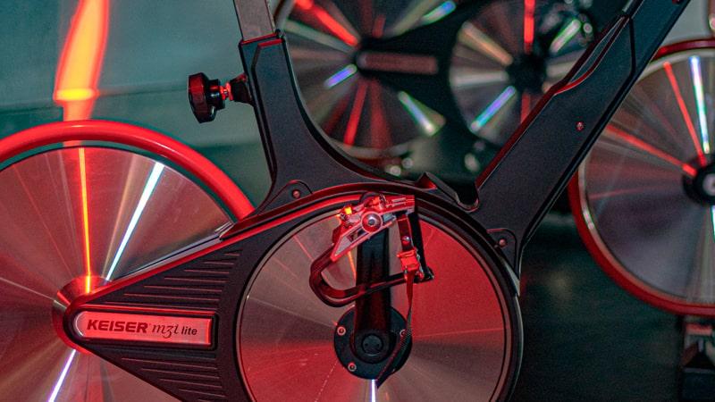 Bicicleta indoor con reflejos de luces