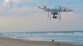 Drone grabando en la playa