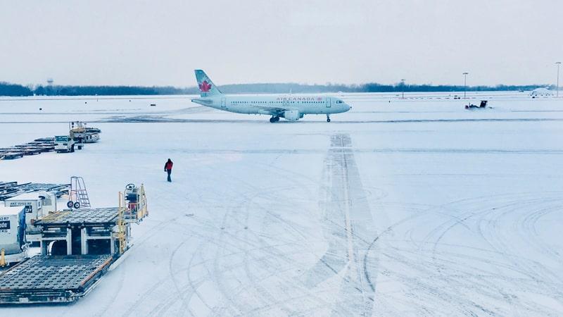 Avión de Air Canada rodeado de nieve