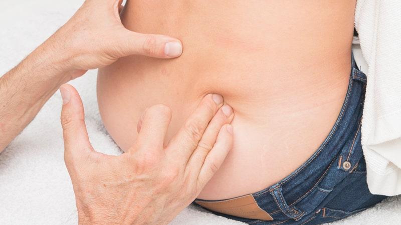 Terapeuta hace un masaje para la ciática