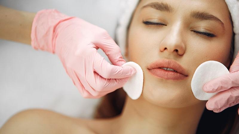 Limpieza facial a una mujer