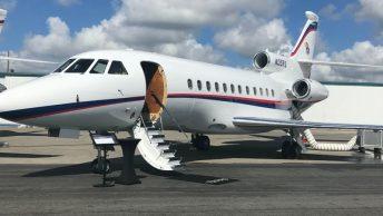 Avión privado a la espera de los pasajeros