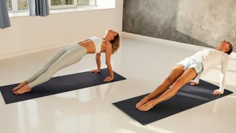 Dos mujeres realizando la plancha en pilates