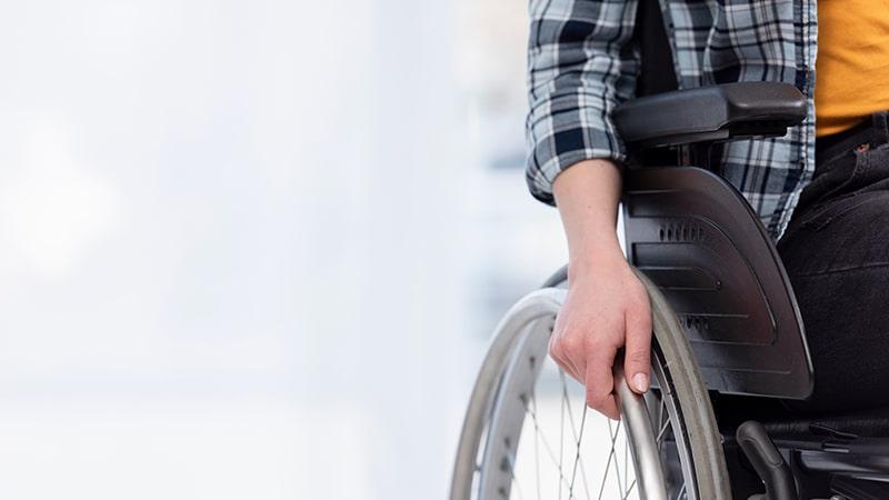 Persona con esclerosis en silla de ruedas