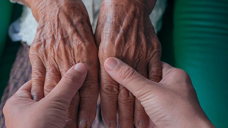 Manos de una persona con artrosis