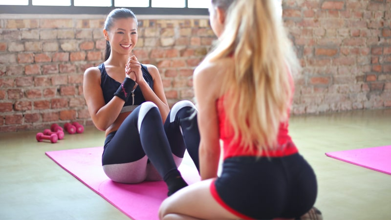 Chicas haciendo ejercicios de core