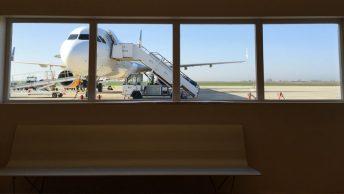 Avión estacionado en un aeropuerto con licencia AESA