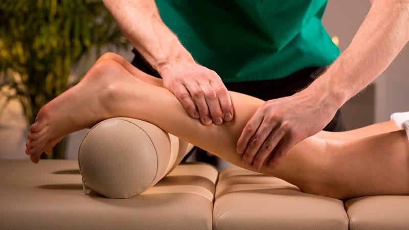 Quiromasajista realiza un vaciado venoso en la pierna