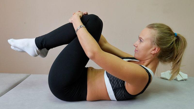 Chica calentando antes de pilates