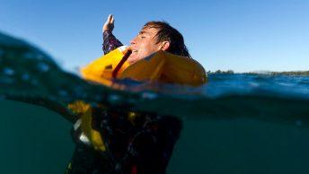 Hombre en el agua con el chaleco salvavidas del avión