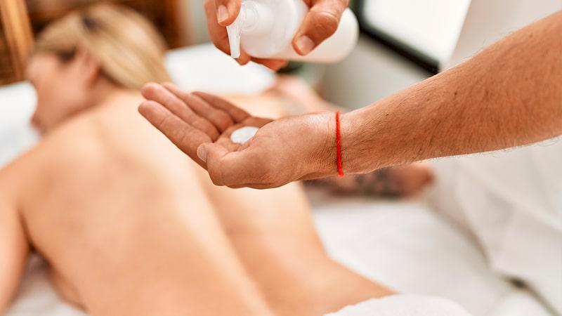 Joven recibe un masaje