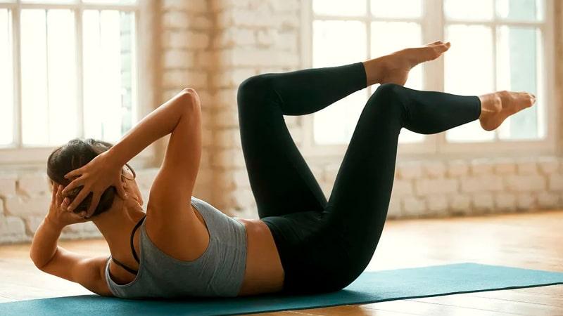 Chica realizando el ejercicio Criss Cross