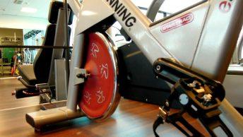 Primer plano de una bicicleta de spinning