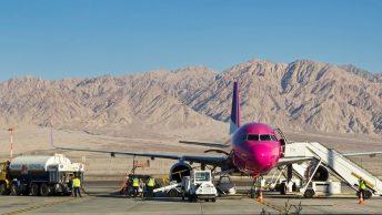 Avión repostando gasolina