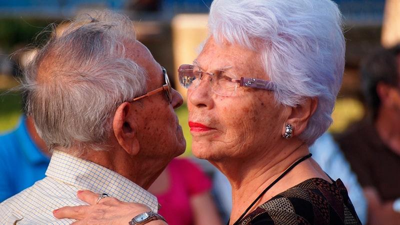 Dos personas mayores bailando