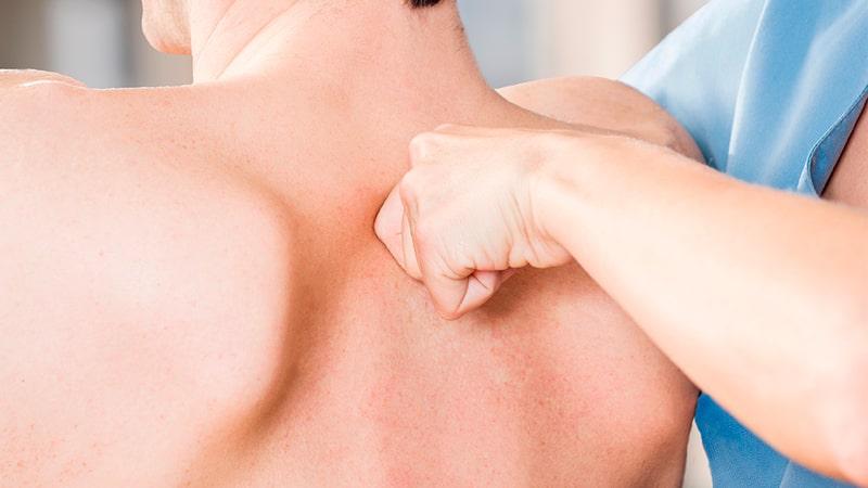 Quiropráctico realizando un test dorsal