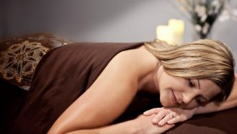 Mujer a punto de recibir un masaje relajante