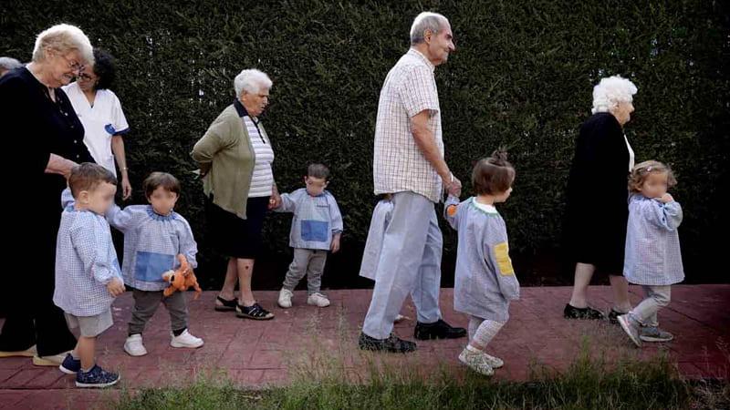 ancianos-nietos-min
