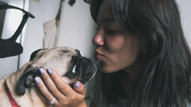 chica-besa-perro-min