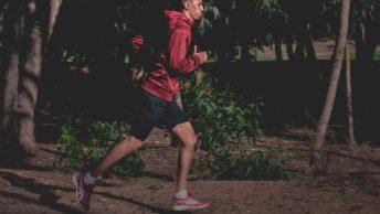 Hombre corre siguiendo las instrucciones de su entrenador personal