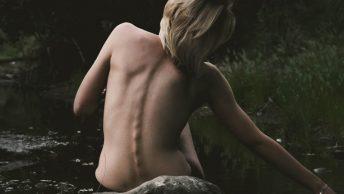 mujer-marca-columna-vertebral-min